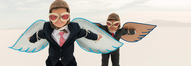 Kinder mit Flugbrille und Flügeln